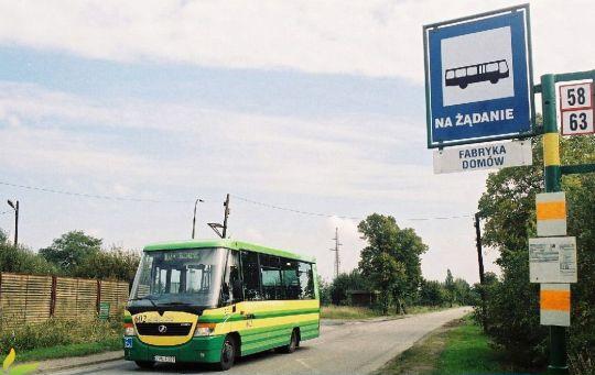 Jelczyk M081MB na linii 107 Bis, kursującej na trasie Fabryka domów - Ofiar Stutthofu podczas remontu ulicy Asfaltowej w Policach