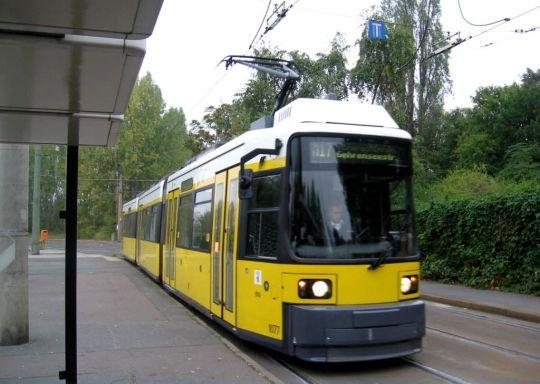 Niskopodłogowy tramwaj GT6N zbliża się do przystanku