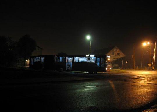 """Volvo na pętli """"Cukrowa"""" późnym wieczorem"""