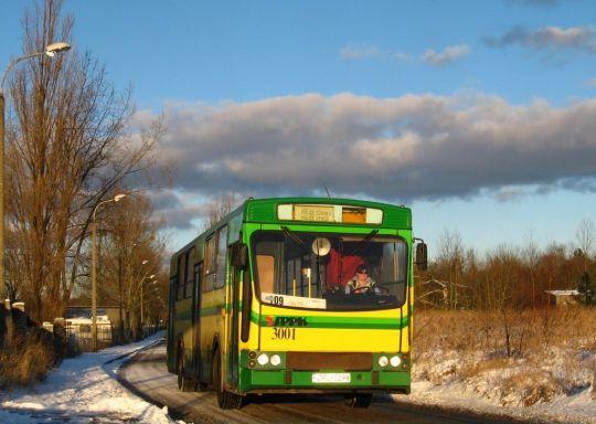Jelcz w śnieżnej scenerii powraca z kursu wariantowego pod Liceum Prywatne