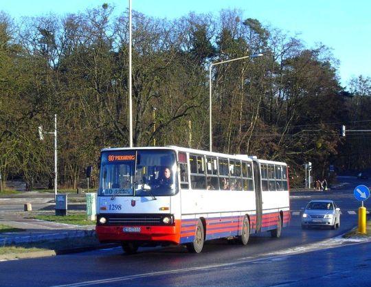 """Ikarus na 80/2 wczesnym porankiem zmierza w stronę pętli """"Zakłady Piekarniczne"""""""