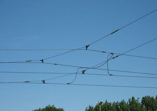 Mostek - połączenie sąsiednich lin nośnych i przewodów jezdnych w sieci łańcuchowej
