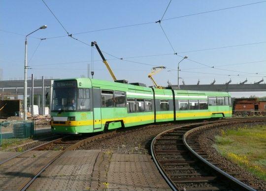 Czeska Tatra RT6N1 wjeżdża na peron odjazdowy Poznańskiego Szybkiego Tramwaju