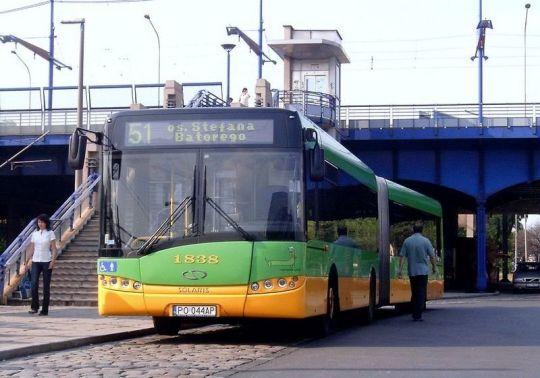 Poznański Solaris Urbino 18 trzeciej generacji na pętli przy Dworcu Głównym PKP w Poznaniu