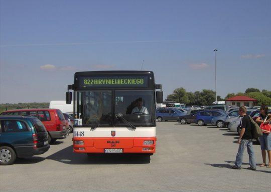 Jedyny autobus na linii 822 przeciska się między samochodami