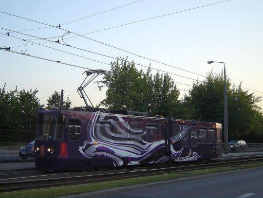 """Jedenastoletni wagon 112N na """"dwójce"""" dojeżdża do pętli """"Koło"""""""