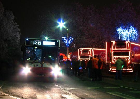 Volvo B10MA w mroźny wieczór w towarzystwie konwoju Coca-Coli