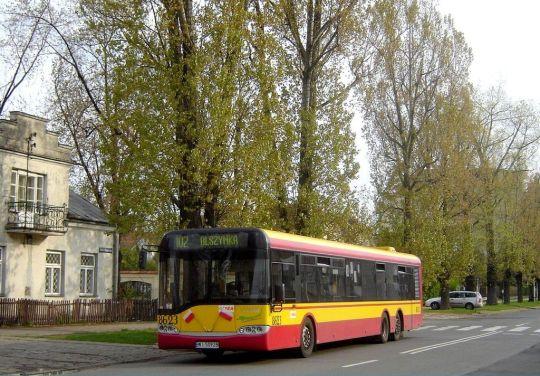 Warszawski SU15 na linii 102 mknie ulicami Pragi-Północ