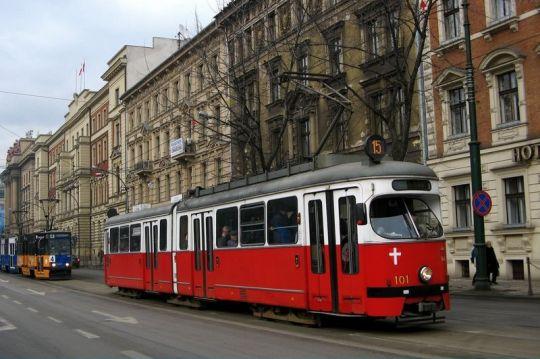 Wagon typu E1 w barwach wiedeńskiego przewoźnika na linii 15
