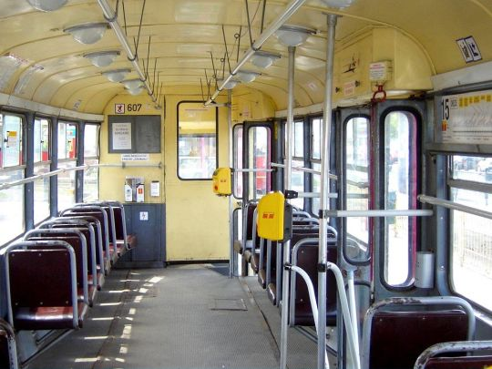 Wnętrze niezmodernizowanego wagonu 13N
