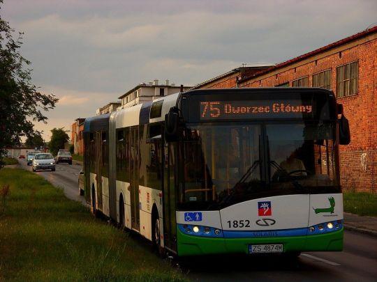 """Masywna """"Solniczka"""" stacza się w dół ulicą Wernyhory"""