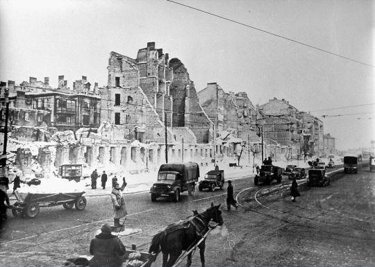 Zaraz po II wojnie światowej komunikacja autobusowa spełniała rolę uzupełniającą w stosunku do tramwajowej