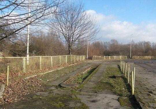 """Kanał naprawczy na pętli """"Gocław"""". Po prawej stronie widoczne jest miejsce po jednym z dwóch dystrybutorów"""
