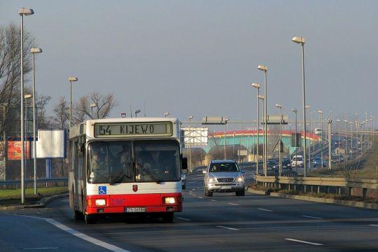 Jedna z wielu używek na prawobrzeżu na tle Mostu Pionierów Miasta Szczecina