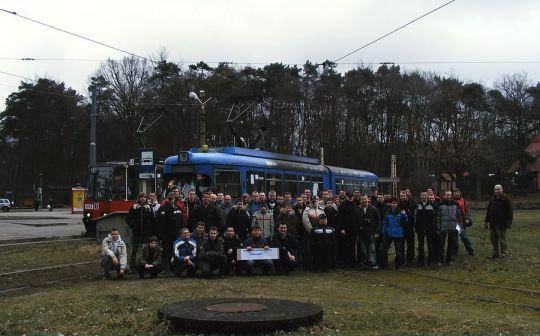 Zdjęcie grupowe z imprezy pożegnalnej tramwajów typu GT6