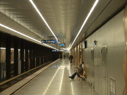 """Na stacji """"Stare Bielany"""" wiele elementów wykonanych jest z drewna"""