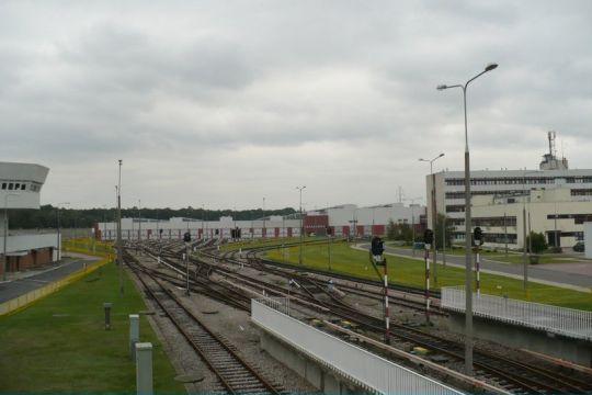 Po lewej nastawnia, po środku elektrowozownia, a po prawej budynki biurowe