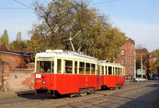 Stary tramwaj na starym torowisku w starej dzielnicy