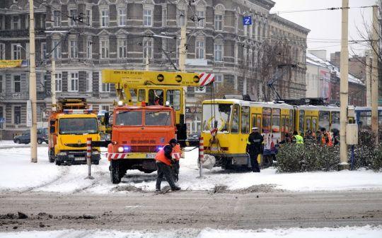 Wykolejony tramwaj wstawiany na szyny
