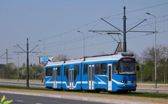 Wagon EU8N #3022 jedzie po nowo wybudowanej trasie