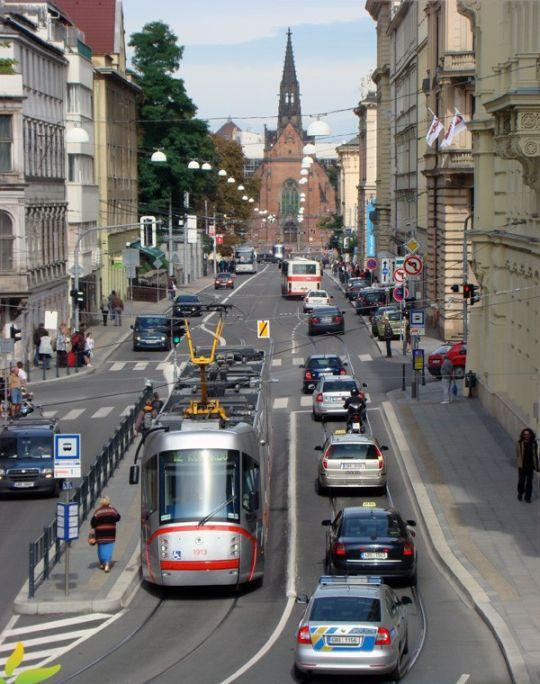 Nowy tramwaj na niedawno remontowanej ulicy
