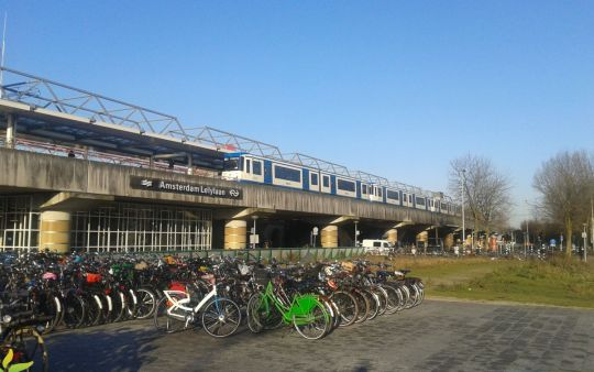 Powszechnie uważana za najbrzydszą w Amsterdamie stacja Lelylaan jest jednym z wielu węzłów przesiadkowych pomiędzy koleją, metrem, tramwajem, autobusem i oczywiście rowerem