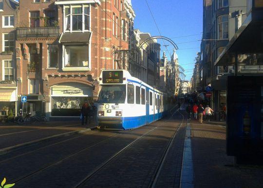 Wjazd na przystanek Prinsengracht nad kanałem o tej samej nazwie - w tle splot tramwajowy