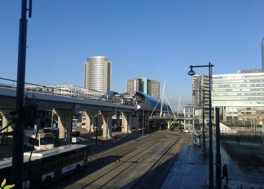 Kolejny węzeł przesiadkowy - Amsterdam Sloterdijk. Tramwaje i autobusy na poziomie 0, metro na estakadach, kolej w wykopie i również na estakadach
