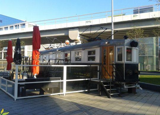 Pomiędzy estakadami metra i kolei znalazło się miejsce na mały akcent komunikacyjno-gastronomiczny