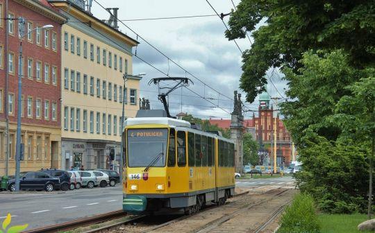 Setny tramwaj z BVG Berlin jedzie po remontowanym torowisku