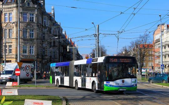 Autobusy linii 75 przejeżdżają przez środek krzyżowania