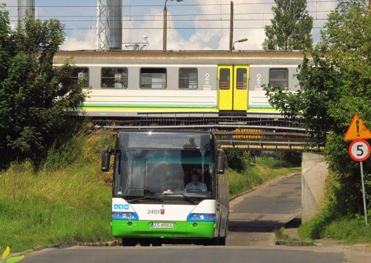 Ostatnio sprowadzony Neoplan bez problemu przejeżdża pod wiaduktem kolejowym