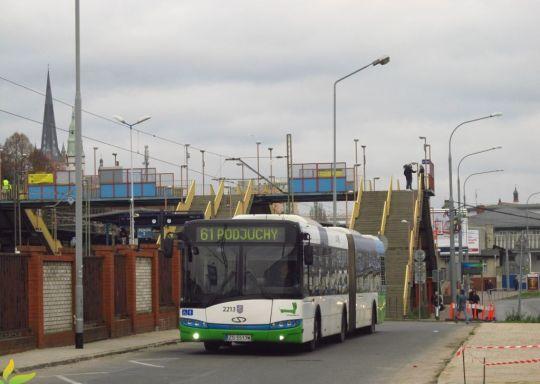 Z Dworca Głównego do Podjuch po torach kolejowych jest około 7 km, a trasa linii 61 przez centrum miasta ma ponad dwa razy tyle i trwa około 40 minut