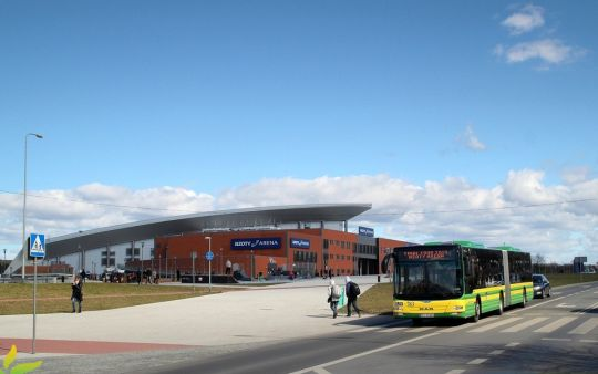 """Jeden z trzech autobusów zapewniających darmowy dowóz kibiców z Polic na finały europejskiej siatkówki kobiet """"Final Four 2015"""""""