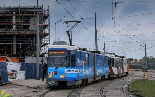 """Kolorowy skład """"katówek"""" przejeżdża obok remontowanego dworca głównego"""