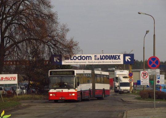Autobus zabrał właśnie pracowników z pierwszej zmiany z Zakładów Mięsnych i rusza w kierunku prawobrzeżnych osiedli