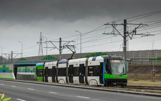 """Niskopodłogowa """"ósemka"""" zbliża się trasą Szczecińskiego Szybkiego Tramwaju do przystanku Hangarowa n/ż"""