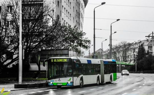 """Jeden z dwóch Solarisów Urbino 18 czwartej generacji wjeżdża na przystanek """"Wyszyńskiego"""""""