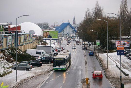 Wskutek orkanu Fryderyka na nasze miasto spadła pokaźna warstwa białego puchu zwanego śniegiem. Jednak drogowcy szybko uczynili go jedną wielką ciapką...