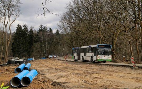 Stare Volvo obsługujące linię 80 przejeżdża przez plac budowy