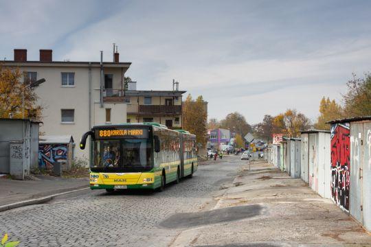 Po raz czwarty na ulice wyjechała linia 880 łącząca Cmentarz Centralny (Karola Miarki) z obwodnicą śródmiejską i Policami