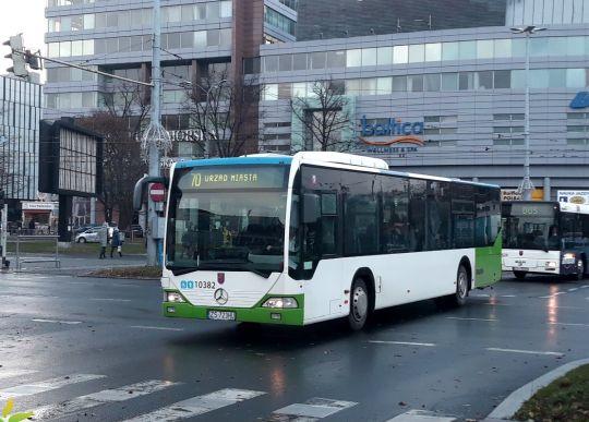 Mercedes-Benz O530Ü #10382 na linii 70 przejeżdża przez Plac Rodła