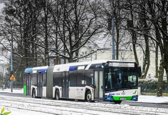 Nowa hybryda na linii 53 w zimowej scenerii