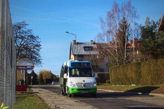 Tele-bus na przystanku końcowym